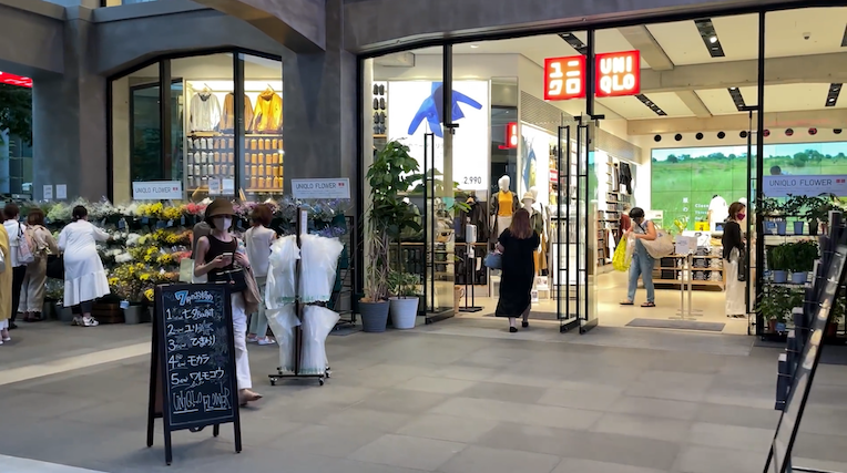 UNIQLO Ginza Opens Café